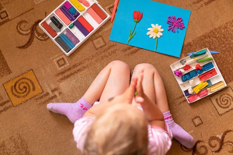 女孩从黏土使用并且雕刻 塑造彩色塑泥和美好的运动技巧的发展 库存照片