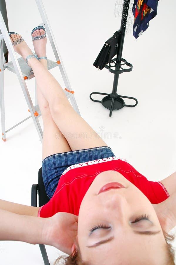 女孩休息的工作室 免版税图库摄影