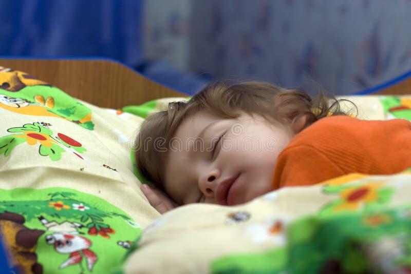 女孩休眠的一点 免版税库存照片