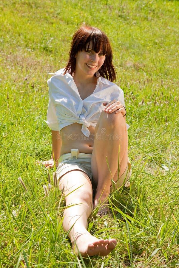 女孩位于的短裤 免版税库存照片