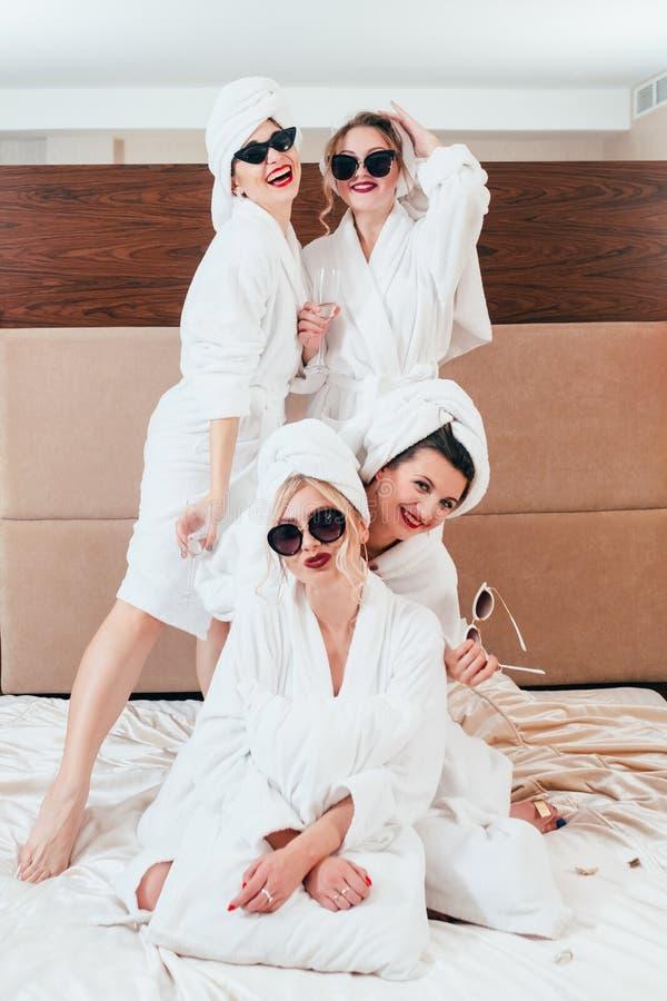女孩住处休闲摆在浴巾的喜悦妇女 库存图片