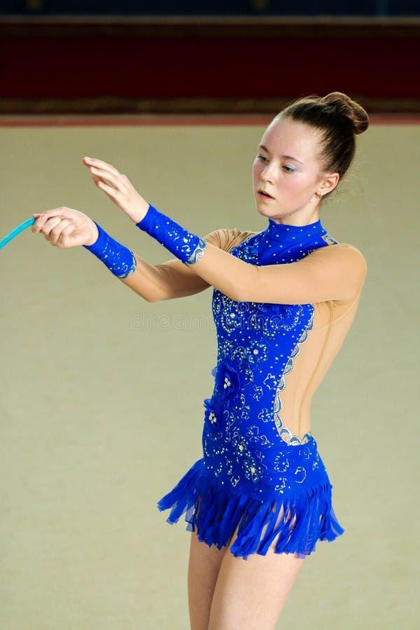 女孩体操运动员执行与绳索在竞争 免版税库存照片