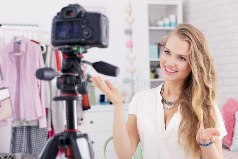 女孩作为vlogger 免版税库存照片