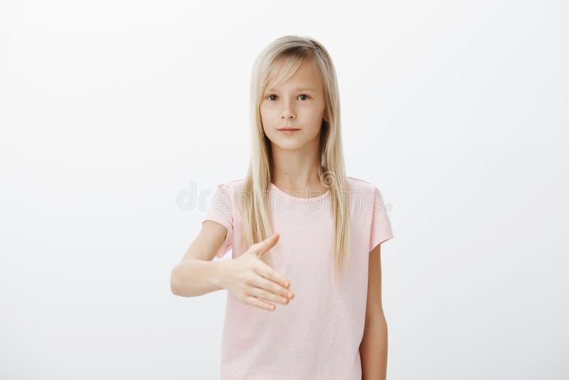 女孩作梦成为象妈妈的女实业家 严肃的美丽的年轻女性室内射击有金发的 库存图片