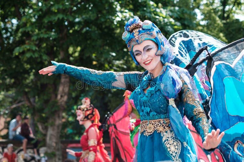 女孩佩带的服装,文化celbrating的Karneval der Kulturen狂欢节在柏林 库存照片