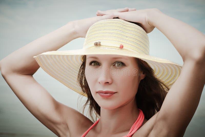 女孩佩带的比基尼泳装和帽子 库存图片