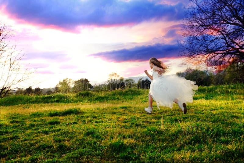 女孩佩带的白色礼服赛跑 库存图片
