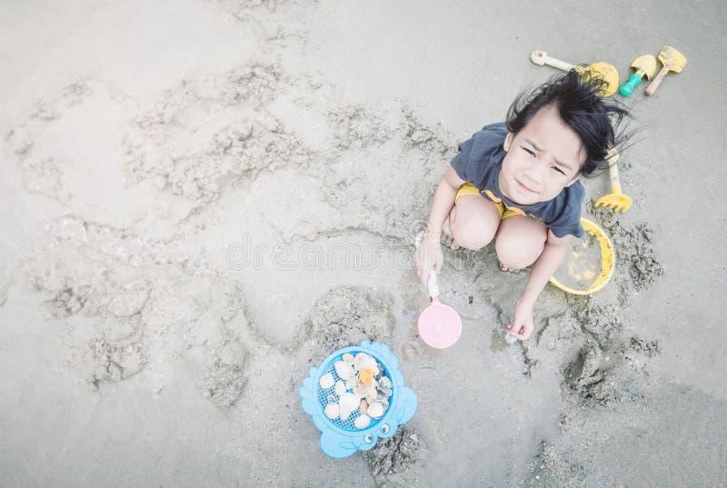 女孩使用与沙子箱子玩具 免版税图库摄影