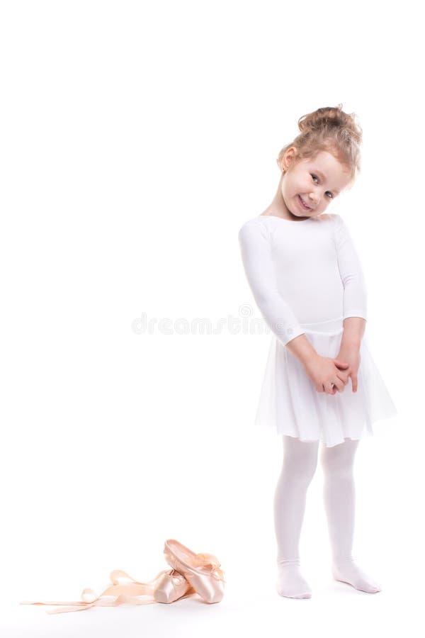 女孩使用 跳舞古典芭蕾的逗人喜爱的孩子在白色演播室 图库摄影