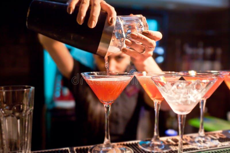 女孩侍酒者在夜总会准备一个鸡尾酒 免版税库存照片