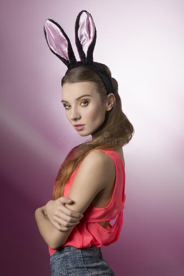 女孩俏丽的兔子 库存照片