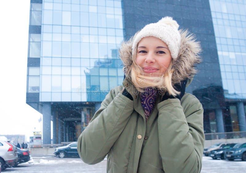 女孩俏丽的冬天 免版税库存图片