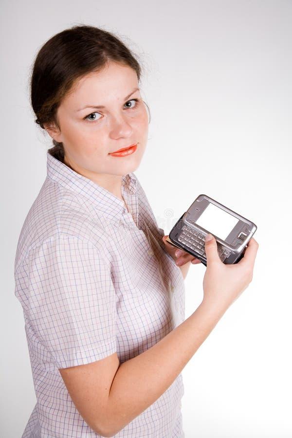 女孩俏丽的smartphone 免版税库存图片