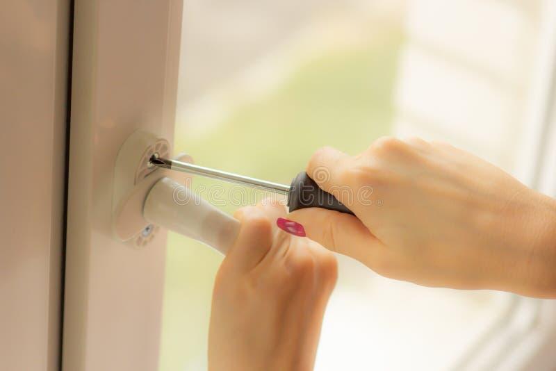 女孩修理在窗口,特写镜头的把柄 免版税库存图片