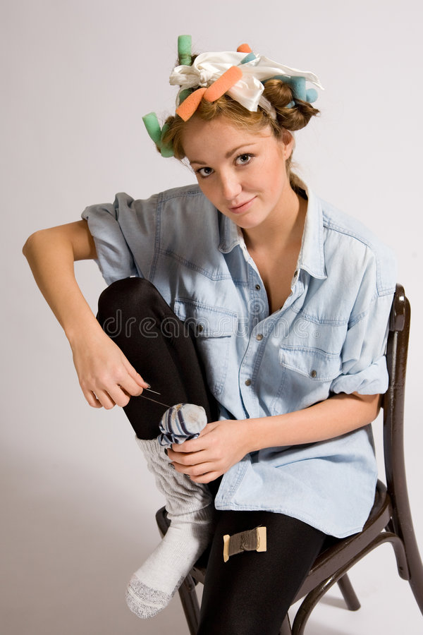 女孩修补工作袜子 库存照片