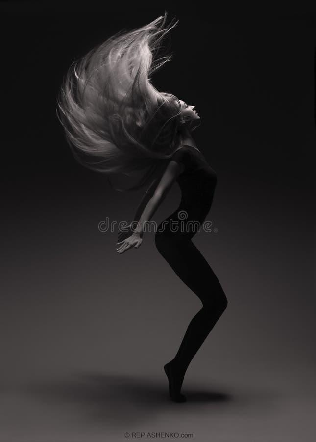 女孩做头发挡水板 免版税图库摄影