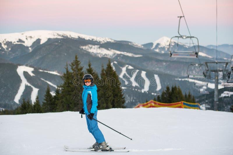 女孩做滑雪登山 喀尔巴阡山脉, Bukovel,乌克兰 库存图片