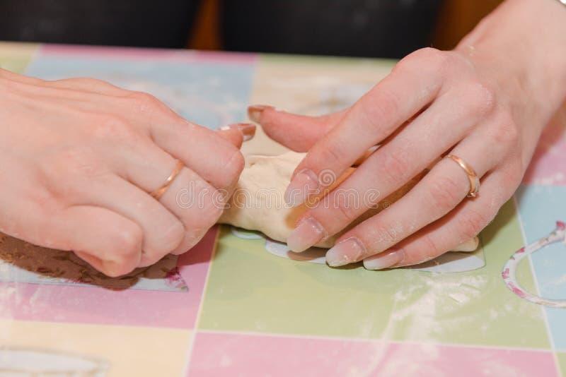 女孩做饼用香肠和土豆 自然产品 可口食物 库存图片