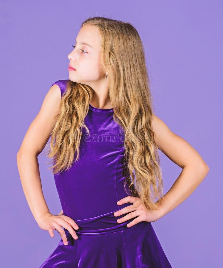 女孩儿童穿戴天鹅绒紫罗兰色礼服 舞厅舞的衣裳 孩子时兴的礼服看起来可爱 的气球驾驶者 库存照片