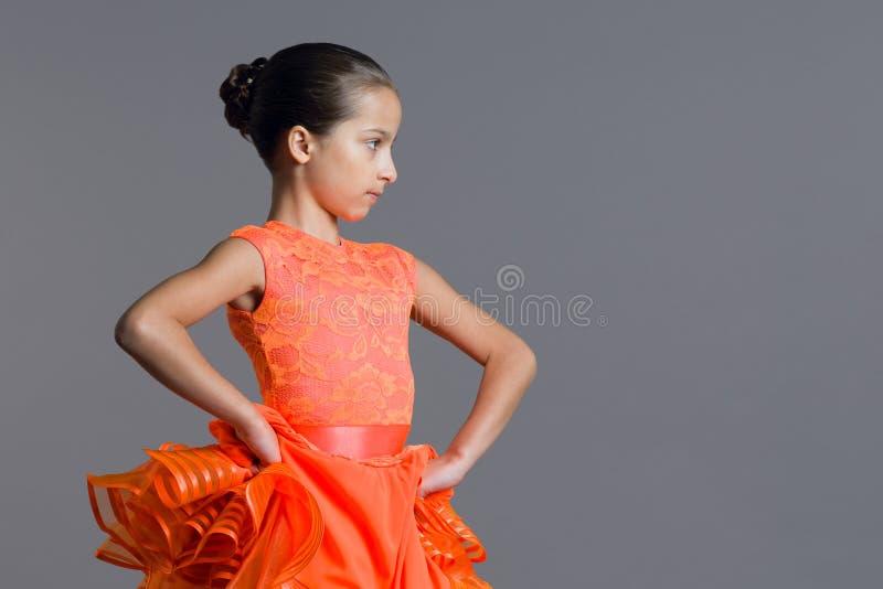 女孩儿童9-10岁舞蹈家的画象 炫耀交谊舞,拉丁美洲人 免版税图库摄影