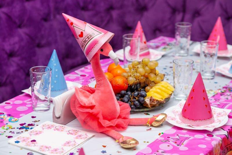 女孩党桃红色背景玩具火鸟桌果子自助餐玻璃儿童假日盖帽红色紫色软性 图库摄影
