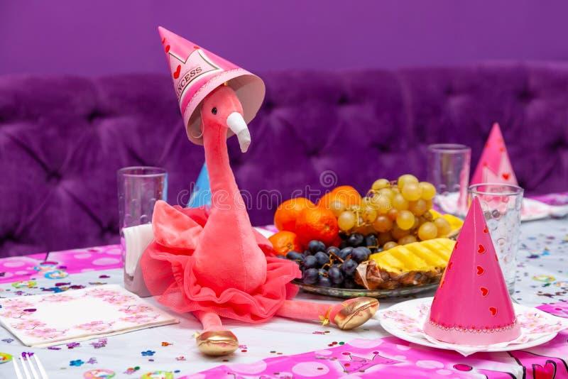 女孩党桃红色背景玩具火鸟桌果子自助餐玻璃儿童假日盖帽红色紫色软性 库存照片