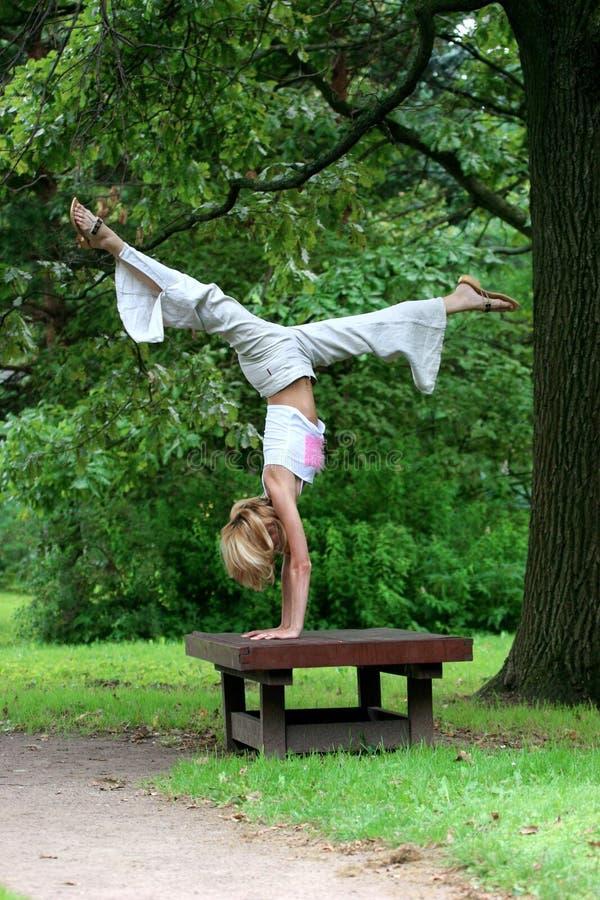 女孩公园演奏体育运动 库存照片