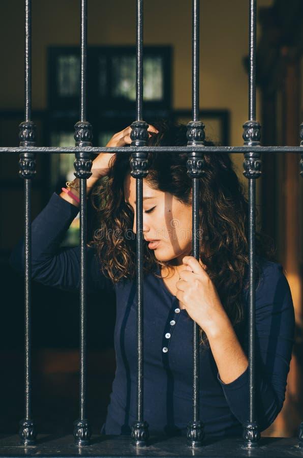 女孩关闭了关在监牢里,网络,在监狱 库存照片