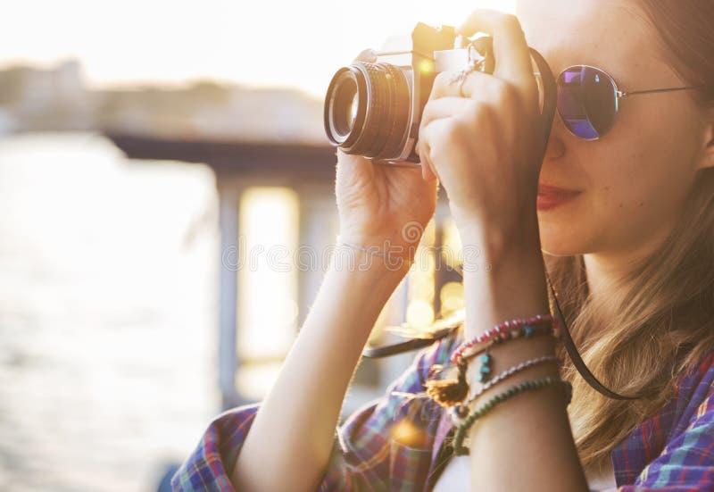 女孩冒险住处旅行的假日摄影概念 免版税库存图片