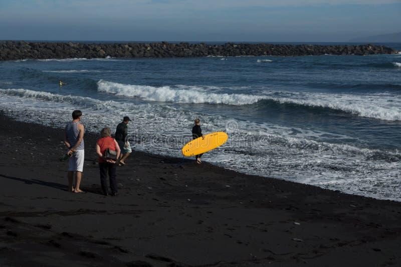女孩冲浪者去海洋 免版税图库摄影