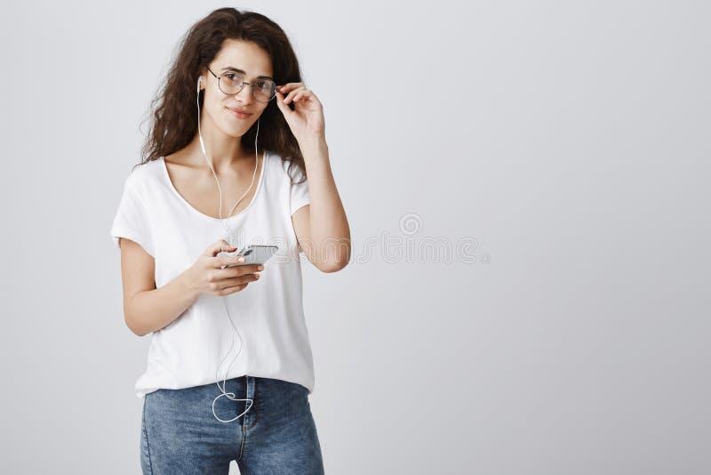 女孩准备出去和享受单独步行 玻璃的住在城市的美丽的现代卷曲头发妇女画象  免版税图库摄影