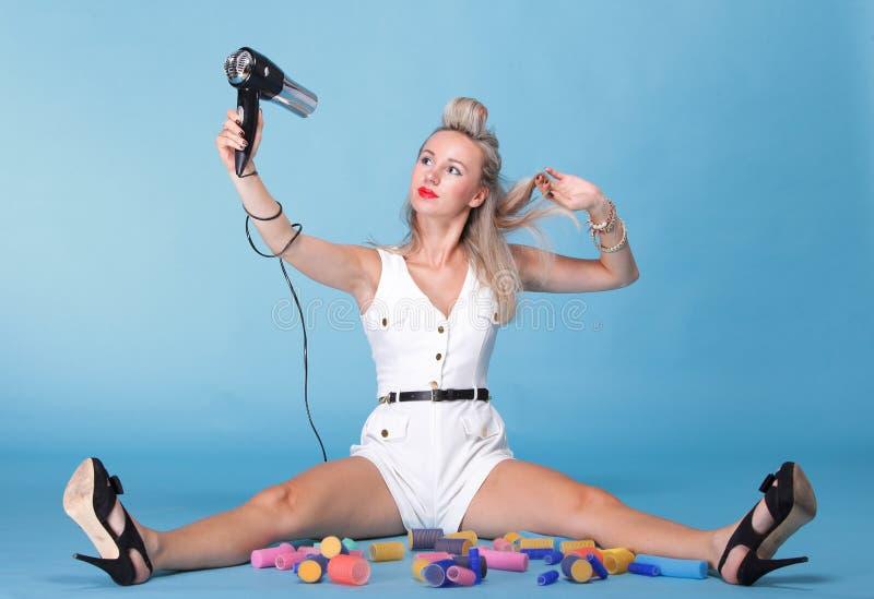 女孩减速火箭的样式画象妇女干毛发的Pin 免版税库存图片