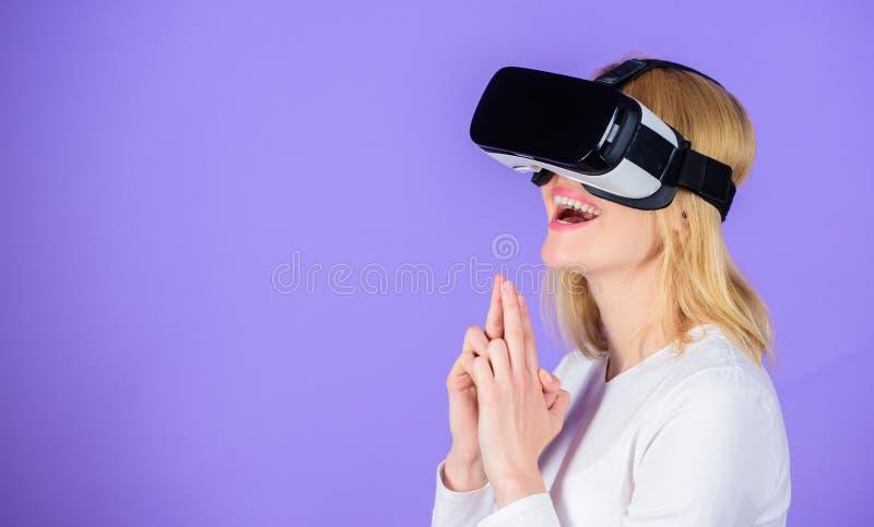 女孩凶手技术vr耳机戏剧射击者比赛 有武器姿态的夫人 吸引人的互作用虚拟现实 库存照片