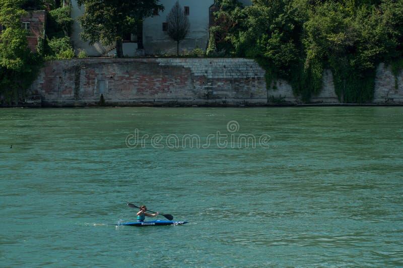 女孩划船画象与皮船的在莱茵河 免版税库存图片