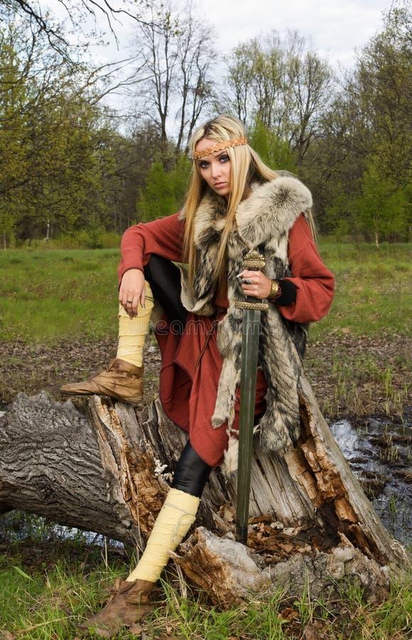 女孩剑北欧海盗木头 免版税库存图片