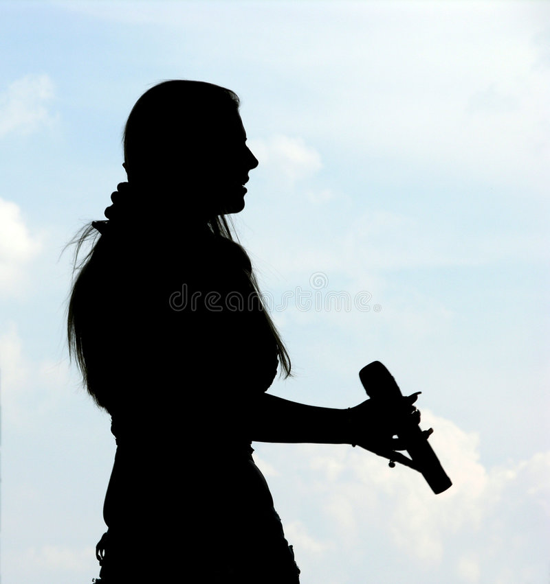 女孩剪影唱歌 免版税库存图片