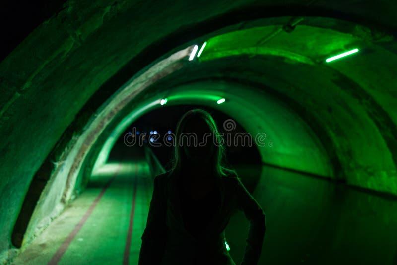 女孩剪影绿色隧道的 免版税图库摄影