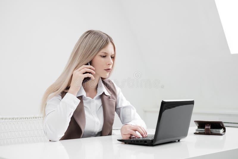 女孩办公室工作者懊恼 愤怒的呼喊在电话和 库存图片