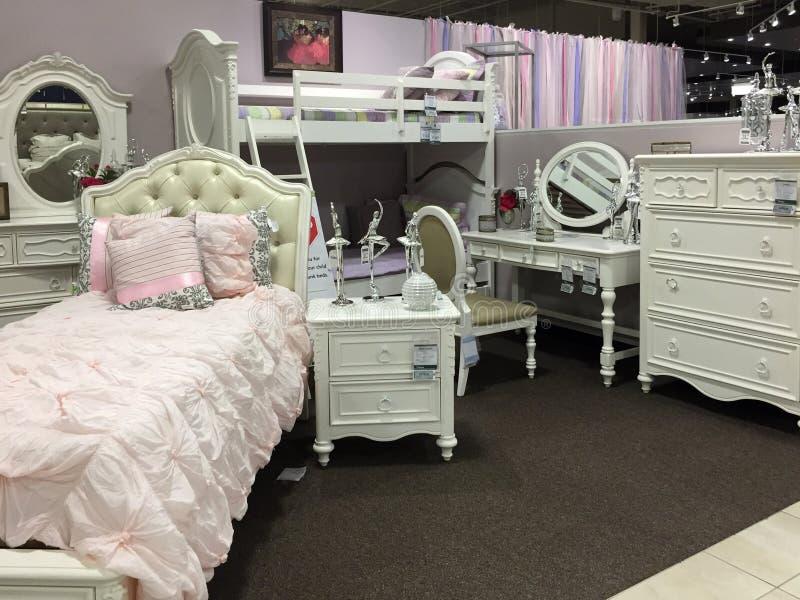 女孩卖在市场上的卧室家具 库存图片