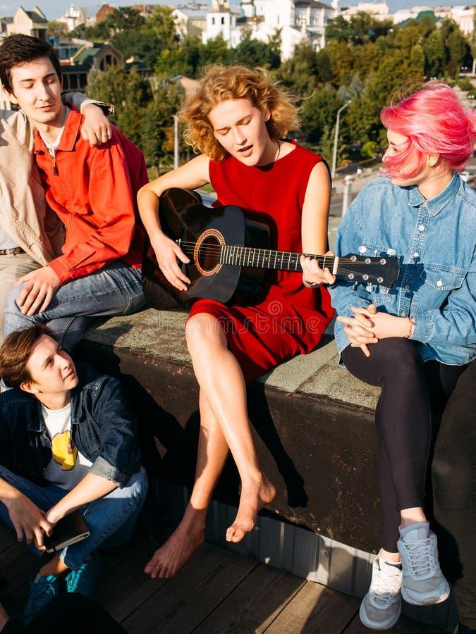 女孩卖艺人唱戏剧吉他音乐家艺术休闲 免版税图库摄影