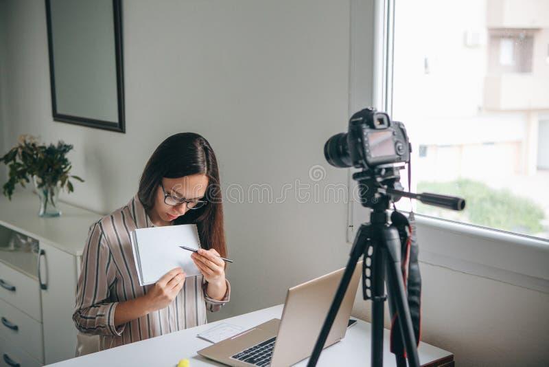 女孩博客作者纪录录影 免版税图库摄影