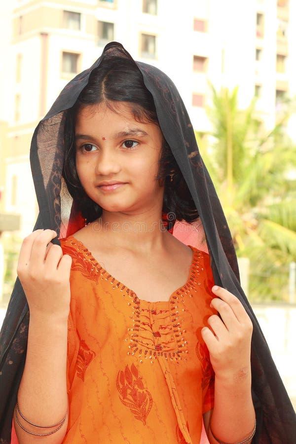 女孩印地安人摆在少年 免版税库存图片