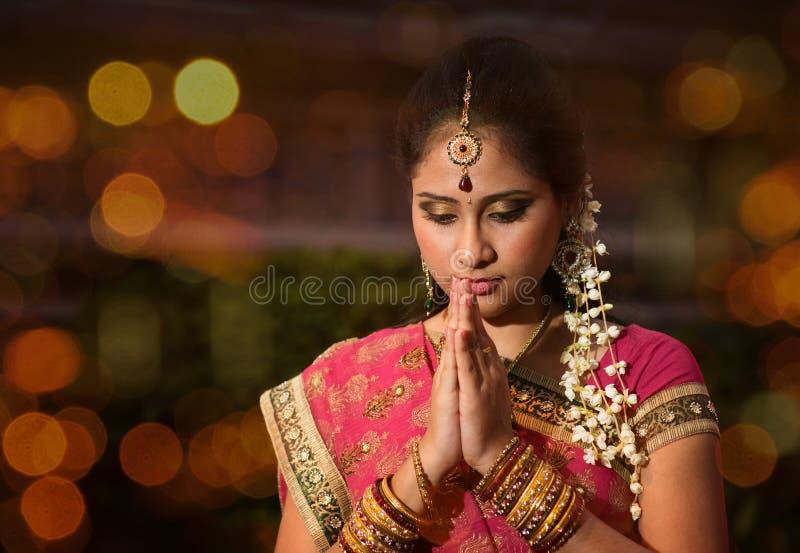 女孩印地安人祈祷 免版税库存图片