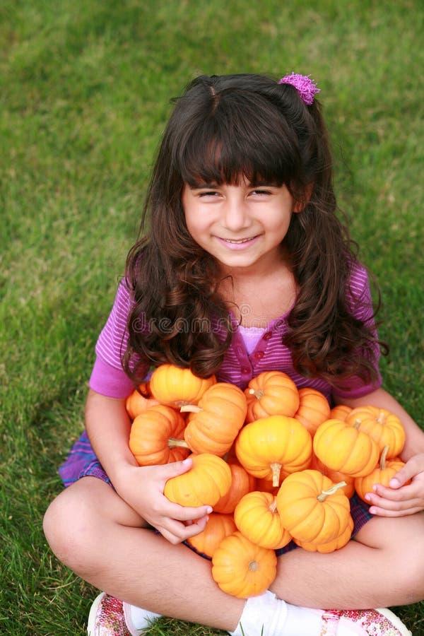 女孩印第安微型南瓜 库存照片