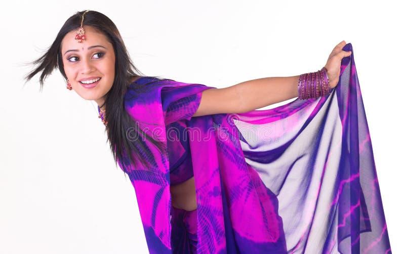 女孩印第安心情放松年轻人 免版税库存图片