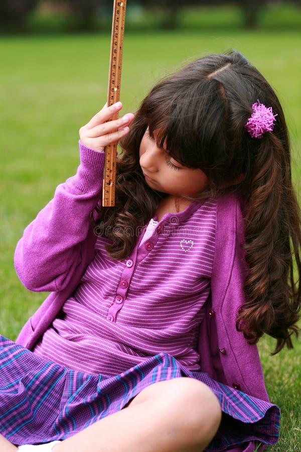 女孩印第安查找的统治者 图库摄影