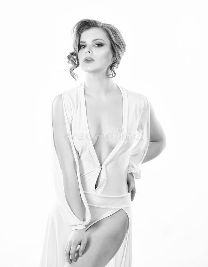 女孩卷曲发型穿戴礼服有低颈露肩的白色背景 诱人的低颈露肩的概念 夫人有吸引力的性感的模型 免版税库存照片