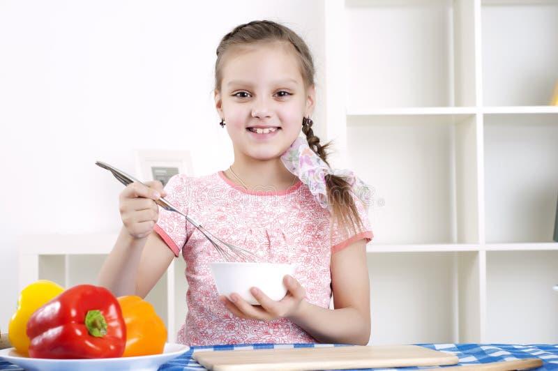 女孩厨房工作 库存照片