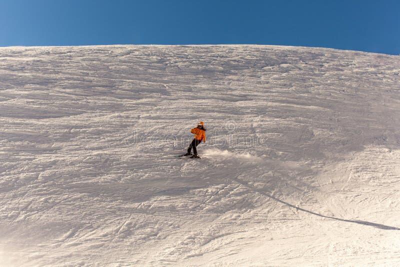女孩去滑雪在冬天 免版税库存图片