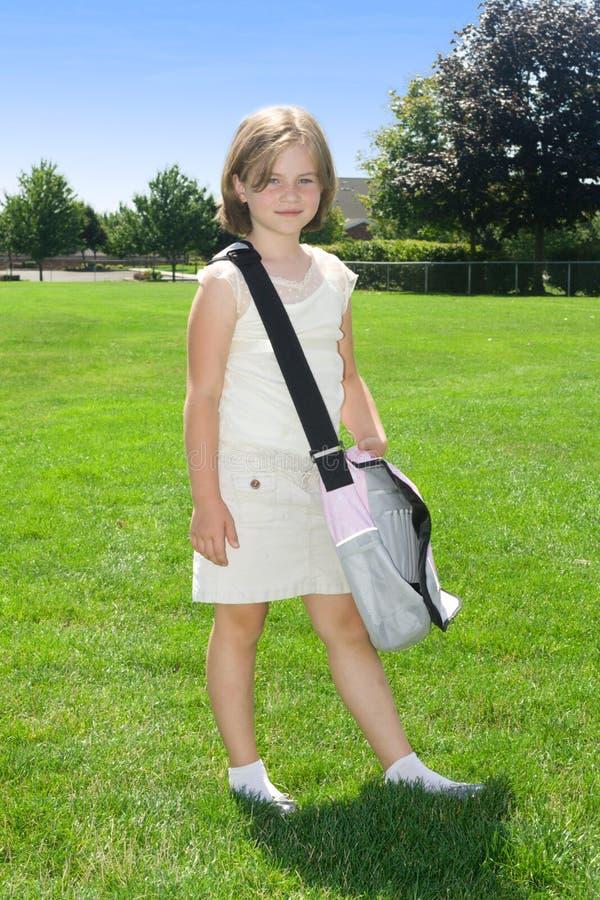 女孩去的愉快的学校 免版税库存图片